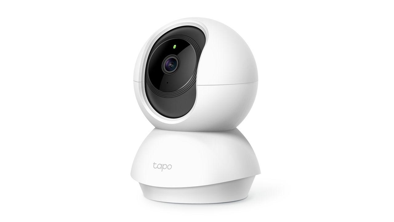 Câmera de segurança Wi-Fi Tapo C200 em fundo branco.