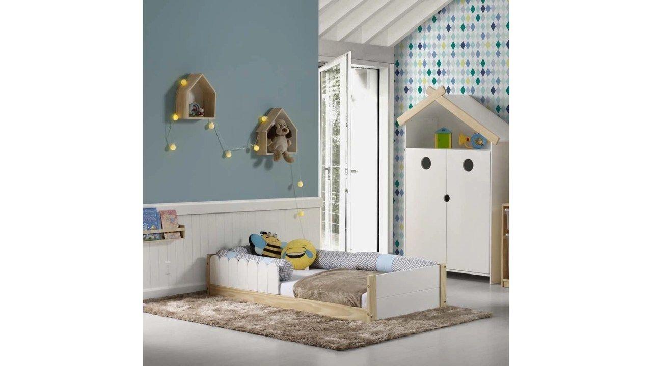 Cama Montessoriana Cerquinha sobre tapete, com almofadas em cima, em um quarto decorado.