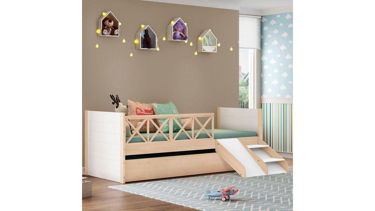 Bicama Infantil Garden com escadinha ao lado de um tapete, em quarto infantil decorado.