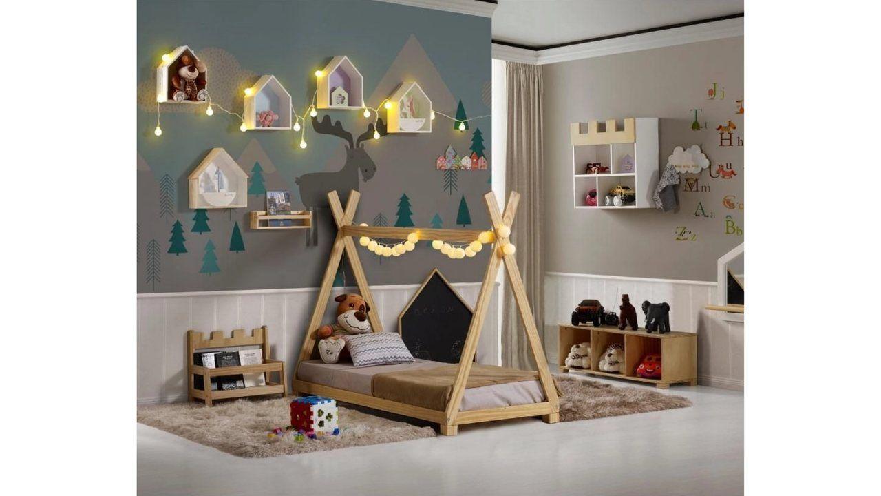Mini Cama Montessoriana Soninho com travesseiros e um urso de pelúcia em cima, em quarto decorado.