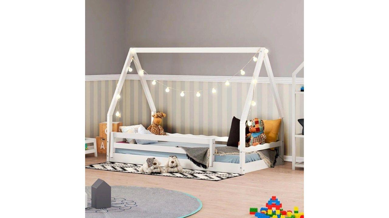 Cama Montessoriana com Telhado VI branca em quarto de criança decorado.