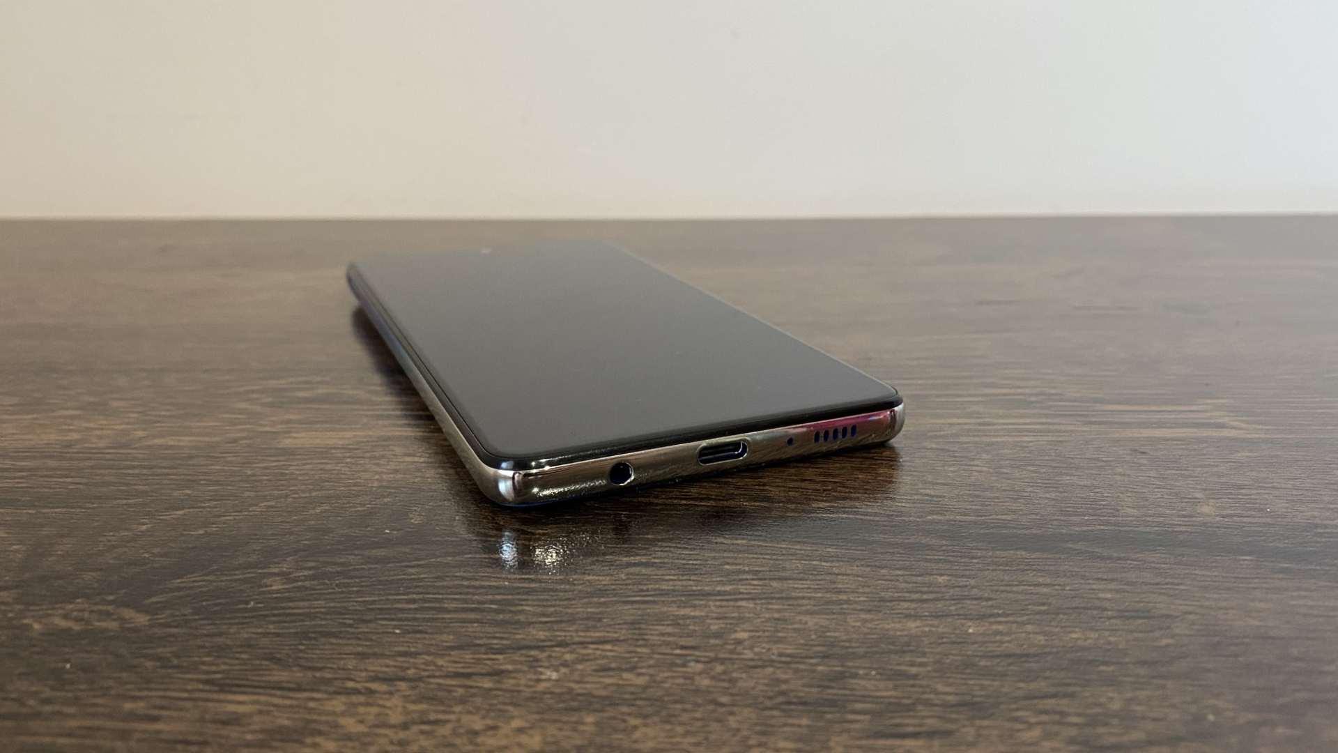 Galaxy M62 com foco nas entradas USB-C e para fone de ouvido.