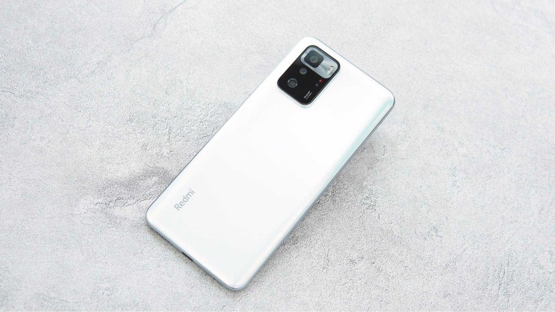 Parte traseira Redmi Note 10 Pro, um celular Xiaomi, na cor branca em um fundo cinza