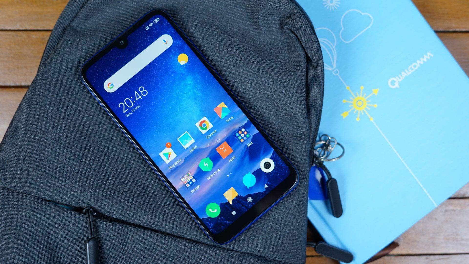 Redmi Note 8, um celular Xiaomi, com a tela acesa e apoiado em uma mochila