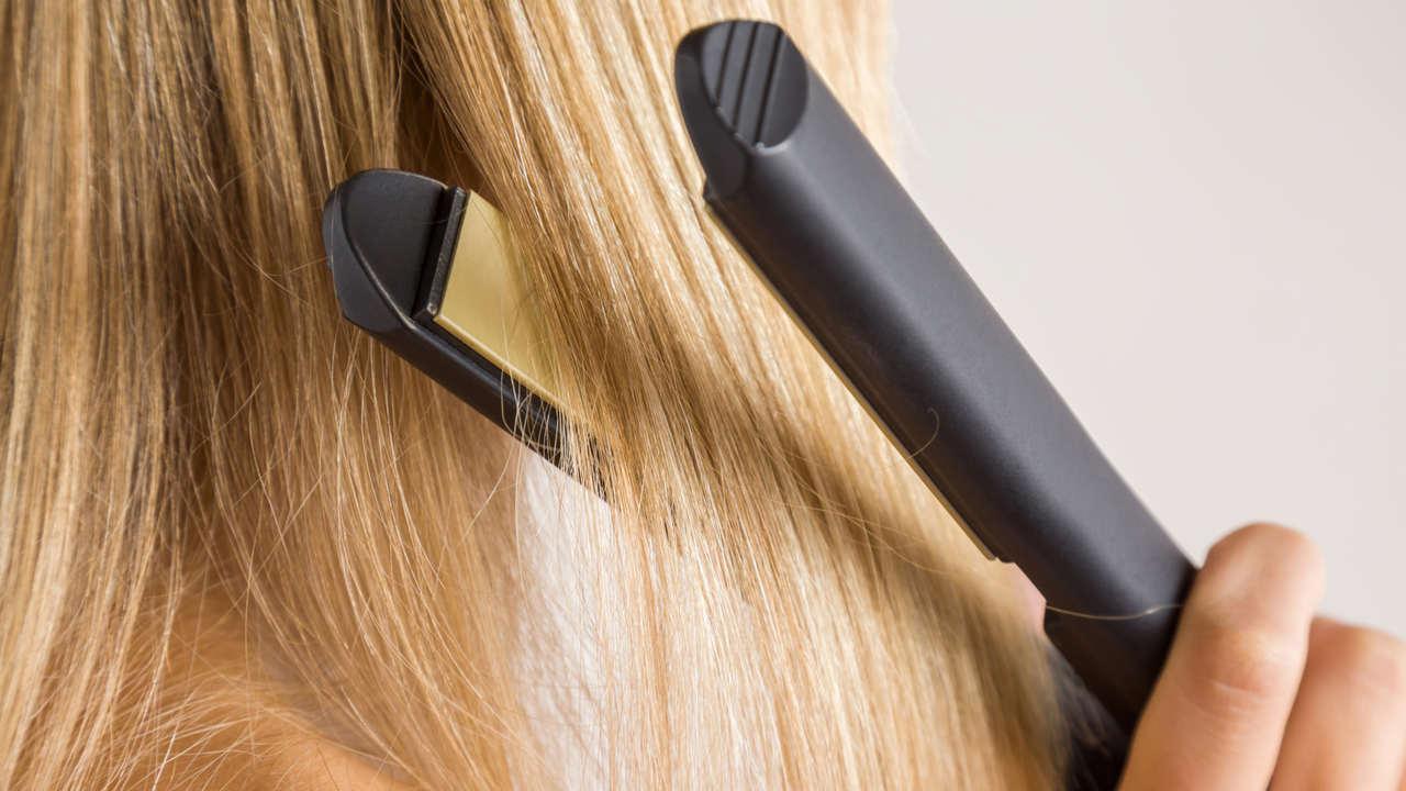 Chapinha preta sendo usada em cabelo loiro
