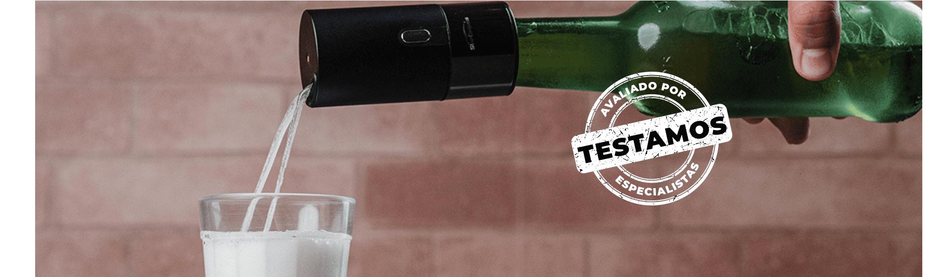 """Chopeira portátil da Xiaomi em uso, liberando chope de garrafa em um copo, com selo """"Avaliado por Especialistas"""" na imagem."""