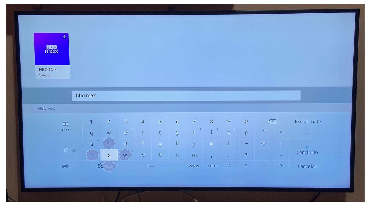 TV Samsung com barra de pesquisa na biblioteca de aplicativos aberta na tela.