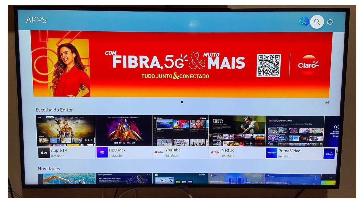 TV Samsung a biblioteca de aplicativos aberta na tela.