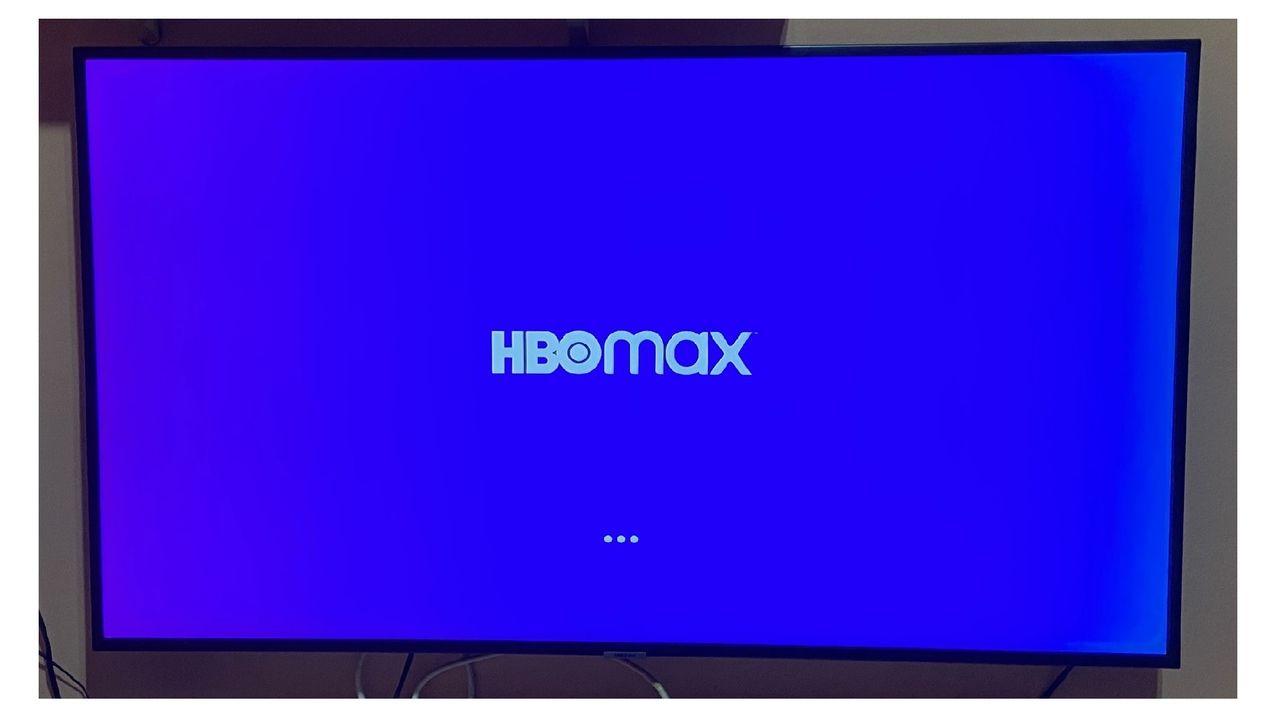 Tela do HBO Max carregando em TV Samsung.