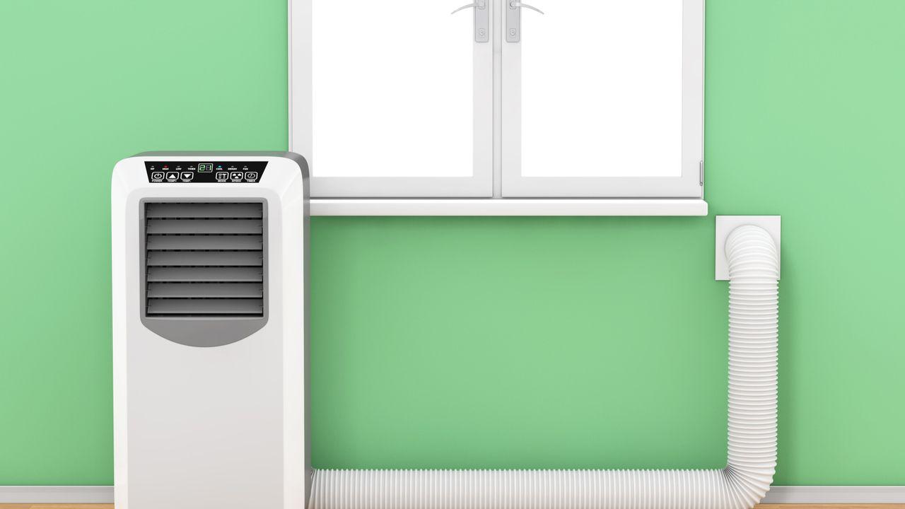 Ar-condicionado portátil com saída da mangueira direto na parede.