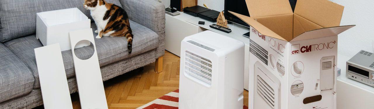 Peças do ar-condicionado portátil espalhadas pela sala.