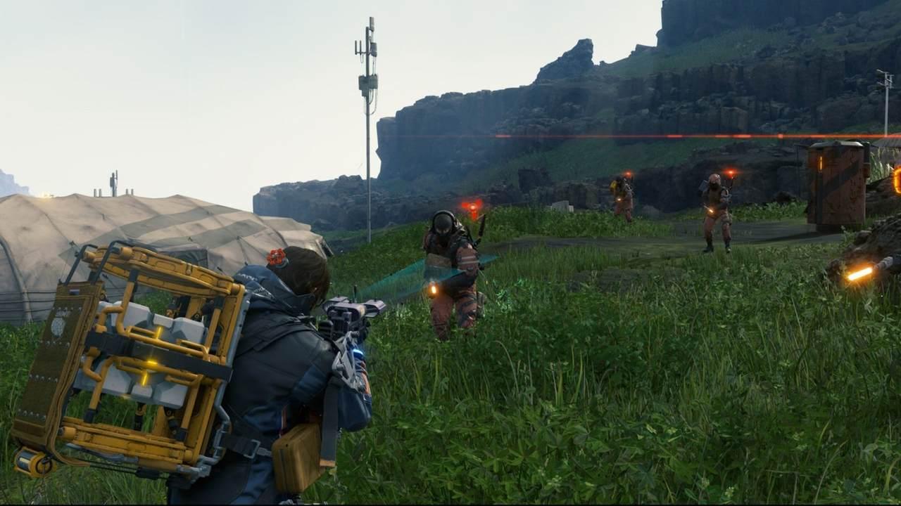 Cena do jogo Death Stranding com personagem Sam enfrentando quatro bandidos