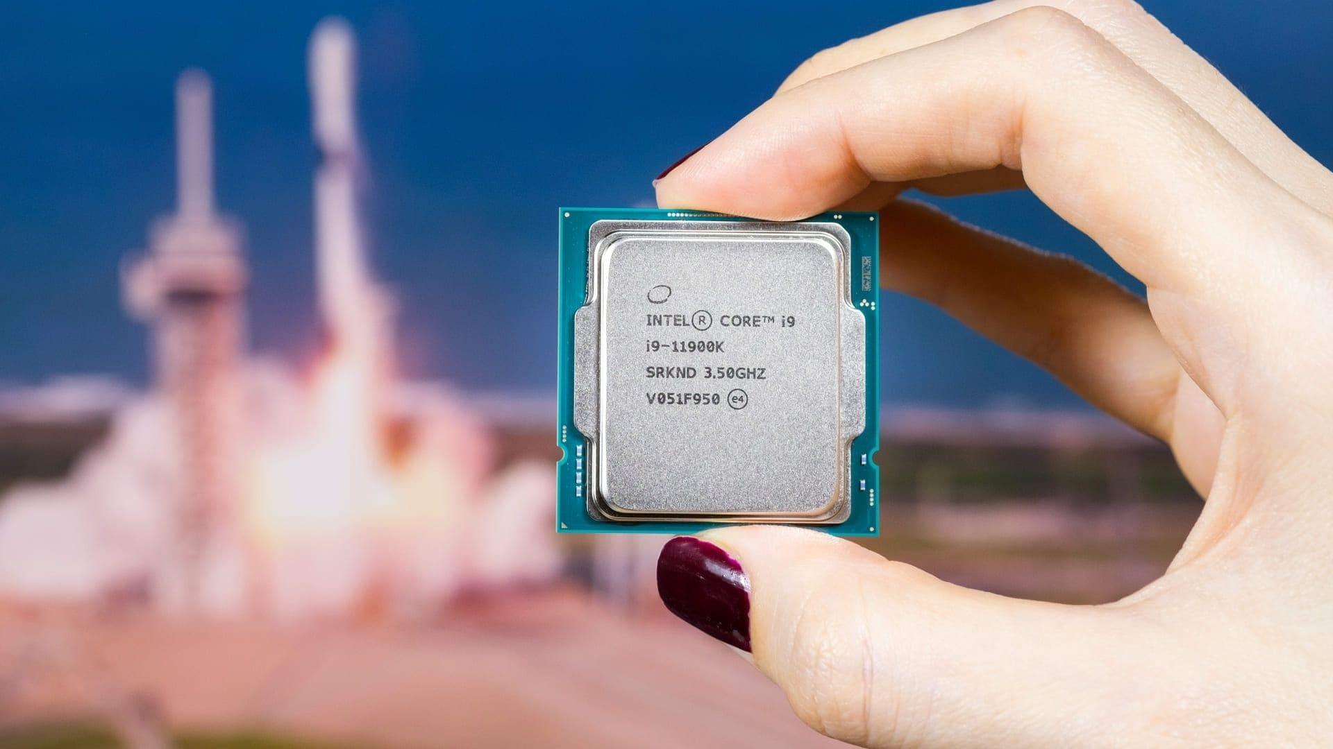 Mão segurando processador i9