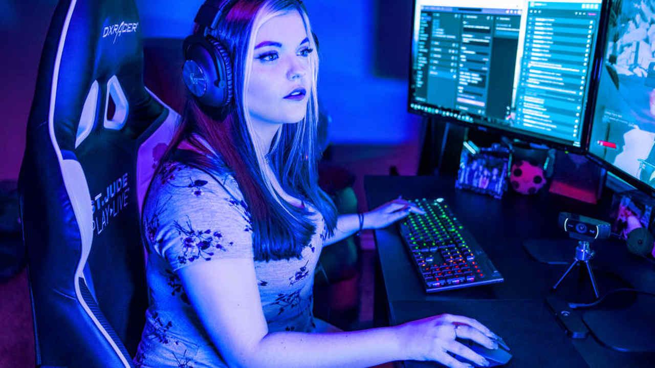 Mulher fazendo streaming com a Webcam Logitech C922