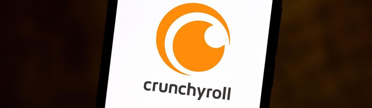 Logo do Crunchyroll aberto em um celular, em fundo preto.