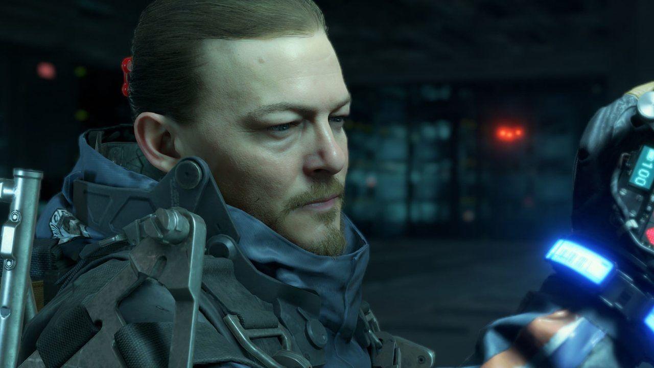 Sam, de Death Stranding, verificando seus equipamentos em uma sala tecnológica