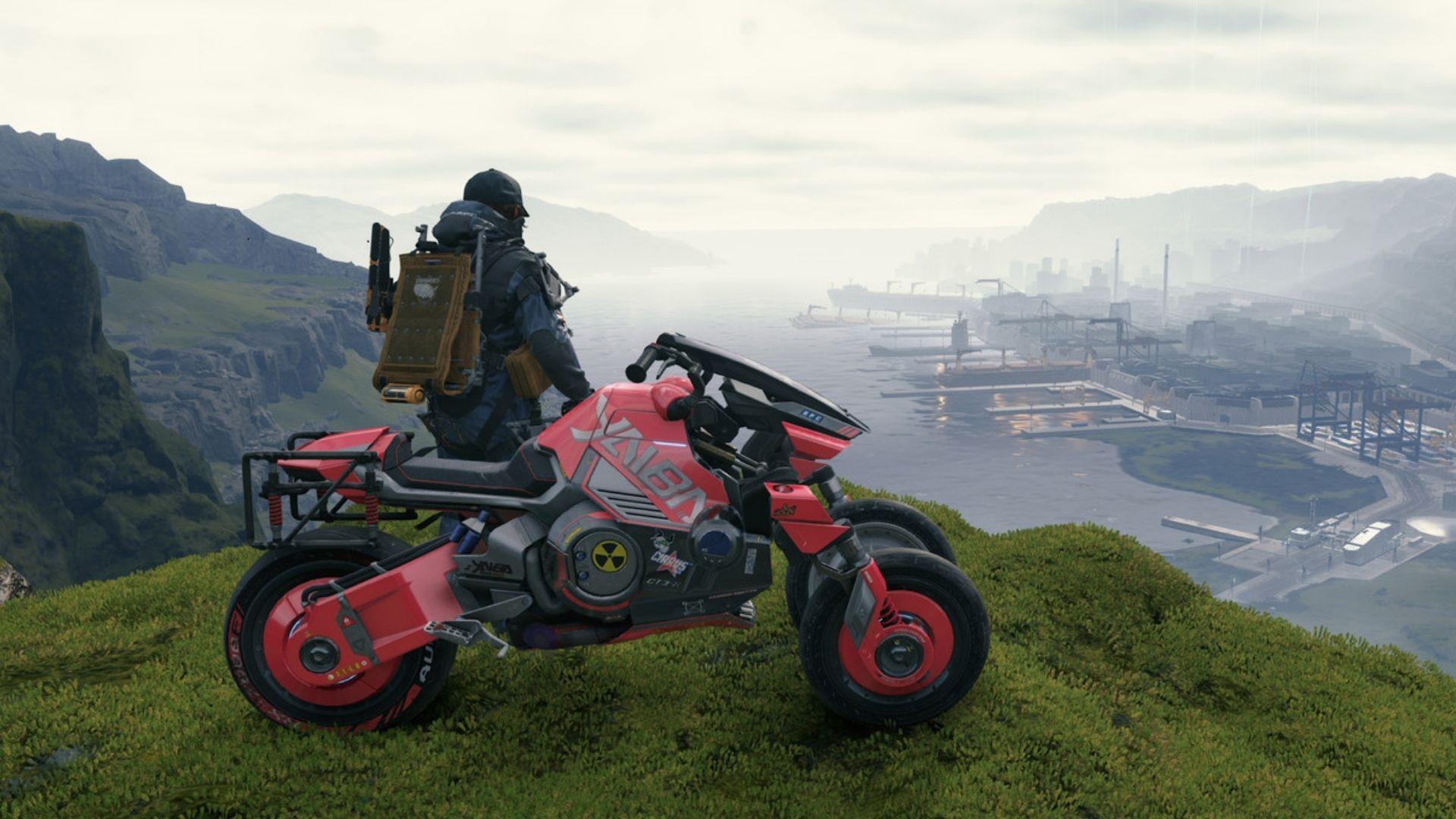 Personagem Sam, de Death Stranding, de costas junto a uma moto enquanto observa de longe uma cidade em construção
