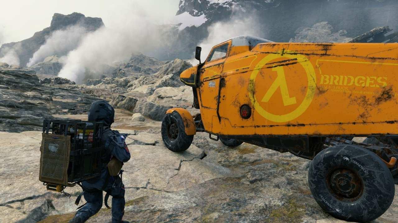 Personagem Sam, de Death Stranding, de costas com mochila nas costas em direção a um caminhão.