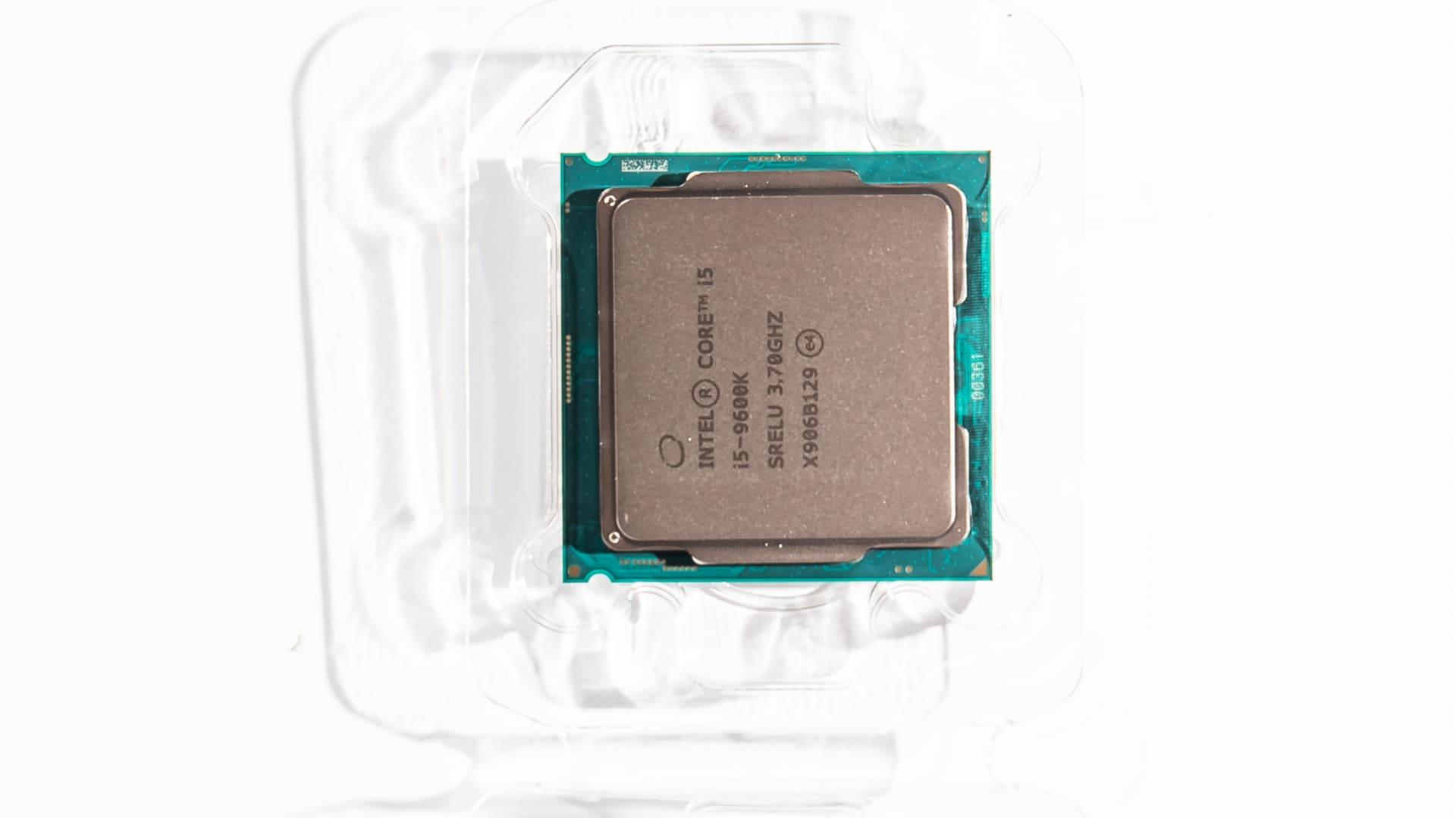 Chip processador Intel Core i5 9600K no fundo branco