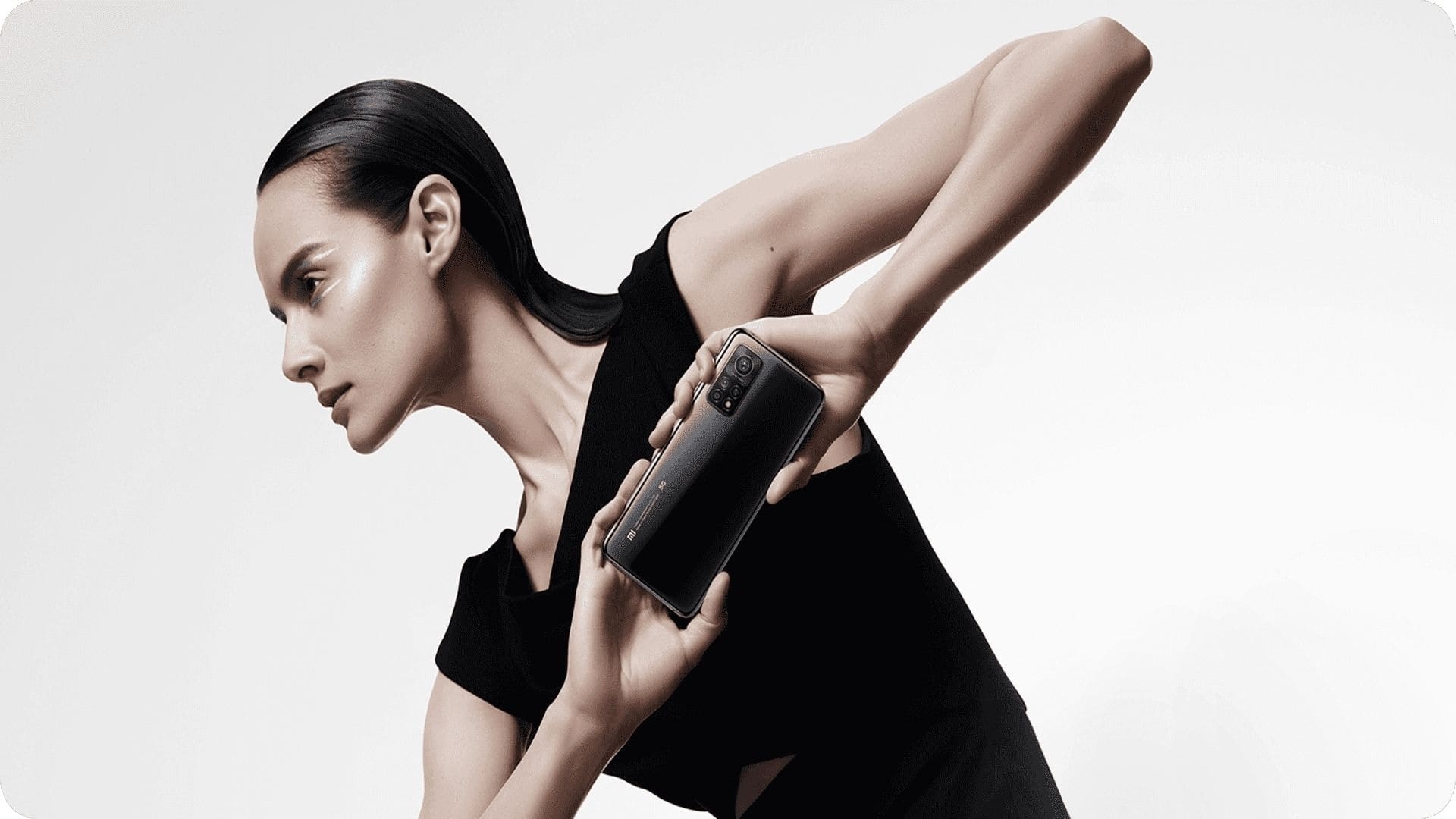 Mulher segurando Xiaomi Mi 10T Pro