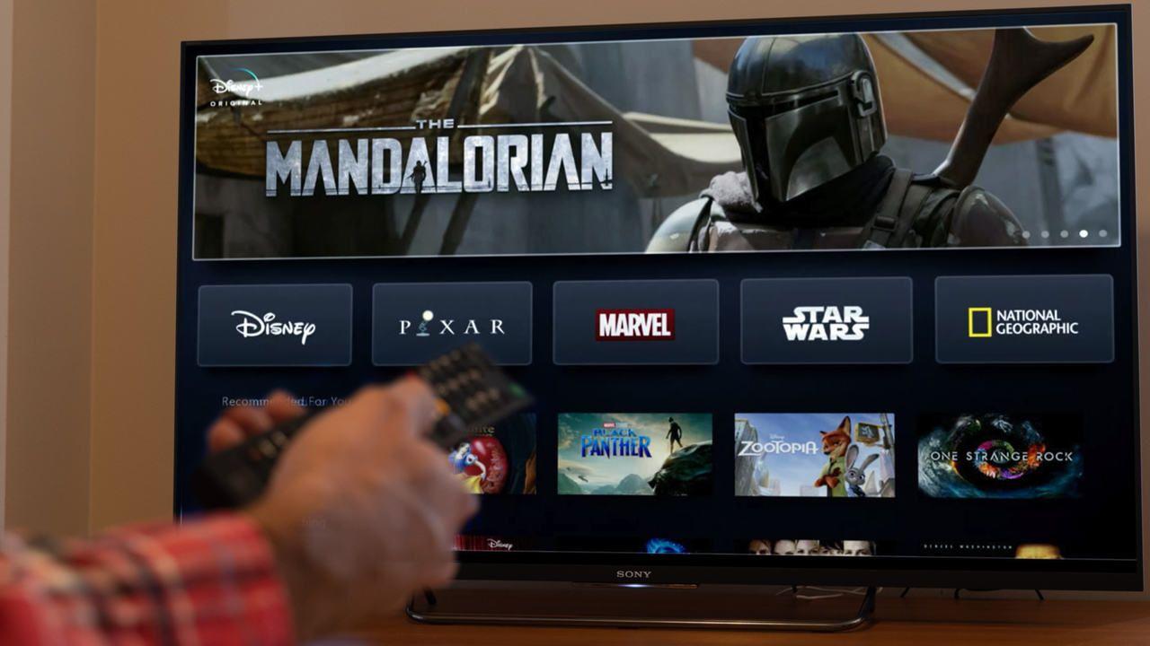 Tela inicial do Disney Plus aberta em uma TV.