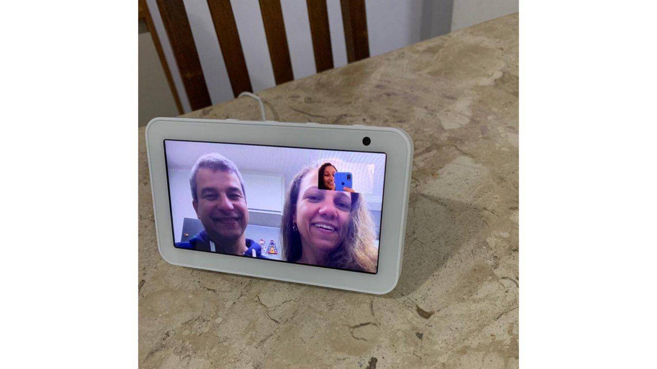 Foto de uma chamada de vídeo realizada na Alexa Echo Show.