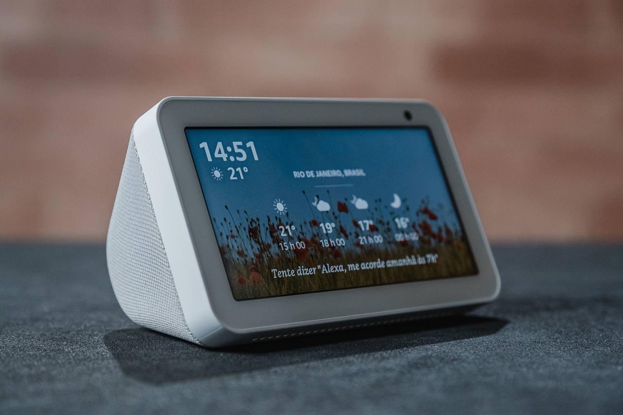Echo Show 5 posicionado levemente na lateral, mostrando a tela e a caixa de som do aparelho.