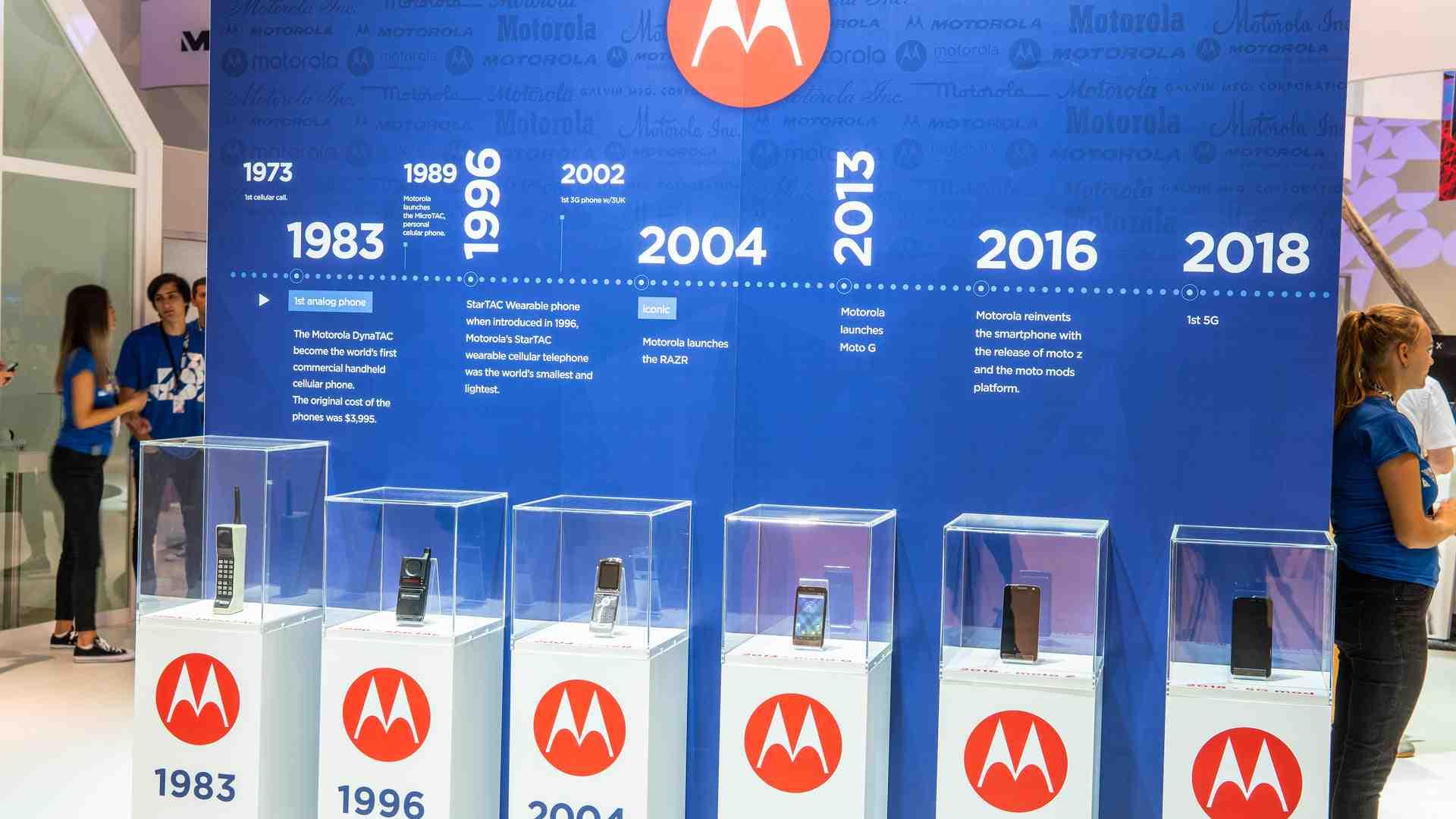Imagem mostra celulares da motorola dispostos em ordem cronológica