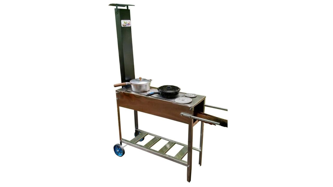 Fogão a lenha portátil Inox com Chapa de Ferro com 2 panelas em sua superfície, em fundo branco.