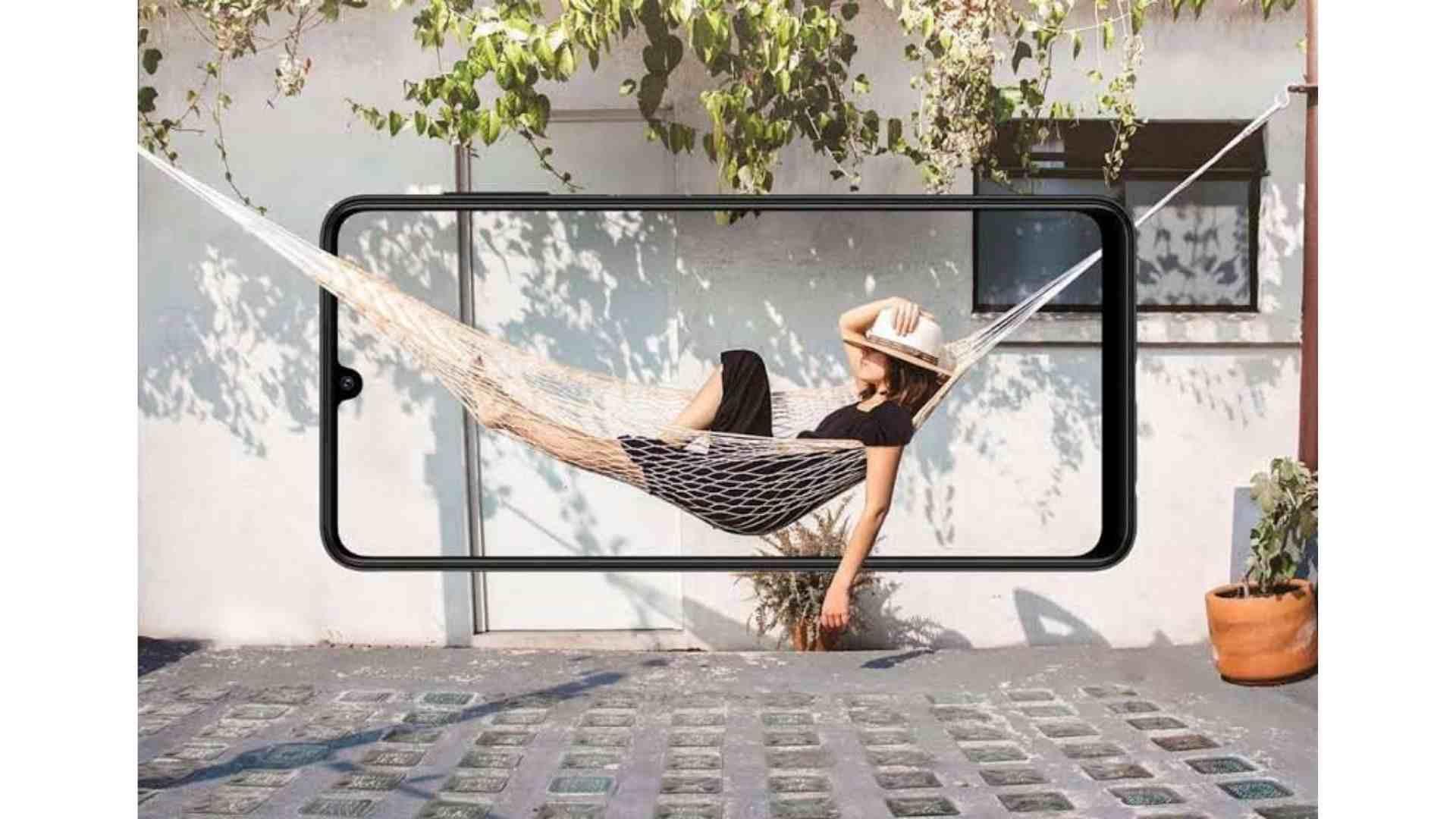 Tela do Galaxy A22 com imagem de mulher deitada em rede com fundo idêntico