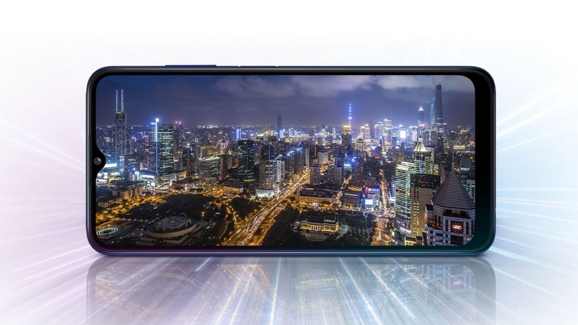 Imagem mostra tela do A03s transmitindo a imagem de uma cidade à noite