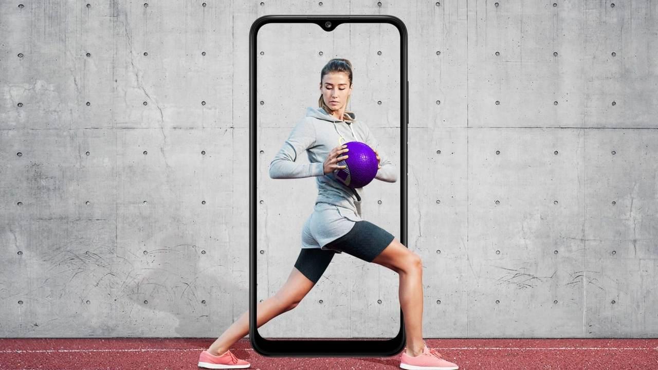 Imagem mostra mulher segurando bola de futebol e formato do A03s atrás dela