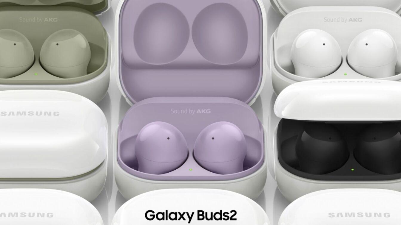 Imagem com vários fones Galaxy Buds 2 de cores diferente em cases abertas