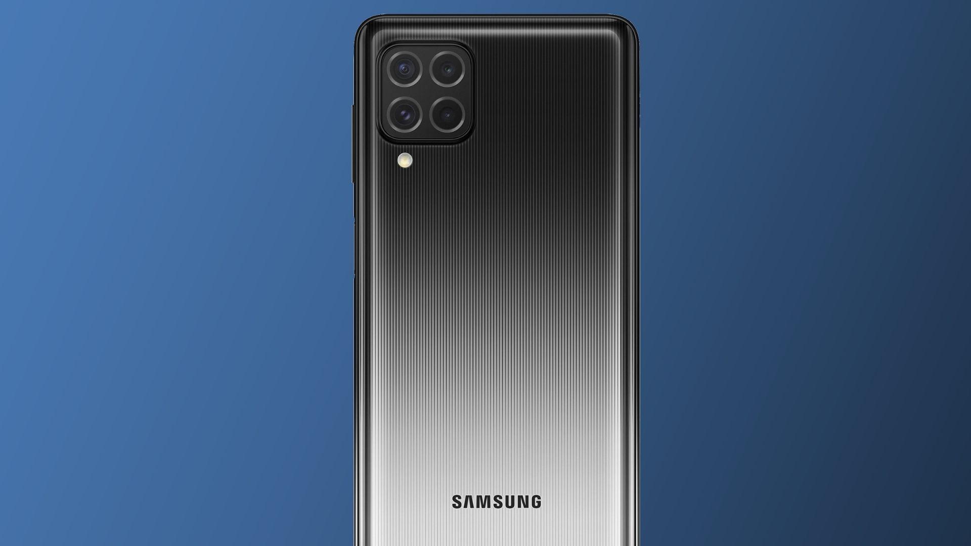Celular Galaxy M62 com traseira destacada na cor preta e em fundo azul