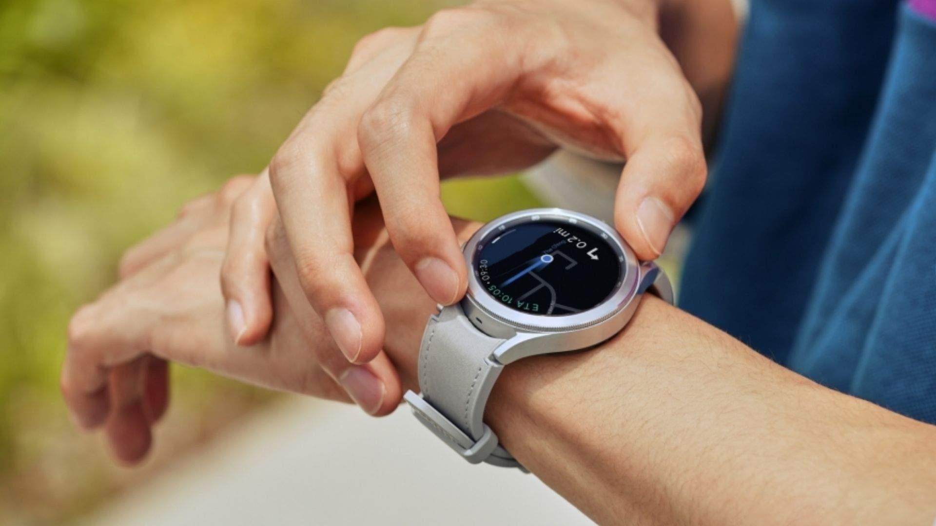 Pessoa com o Galaxy Watch 4 no pulso usando a outra mão para ajustar a coroa