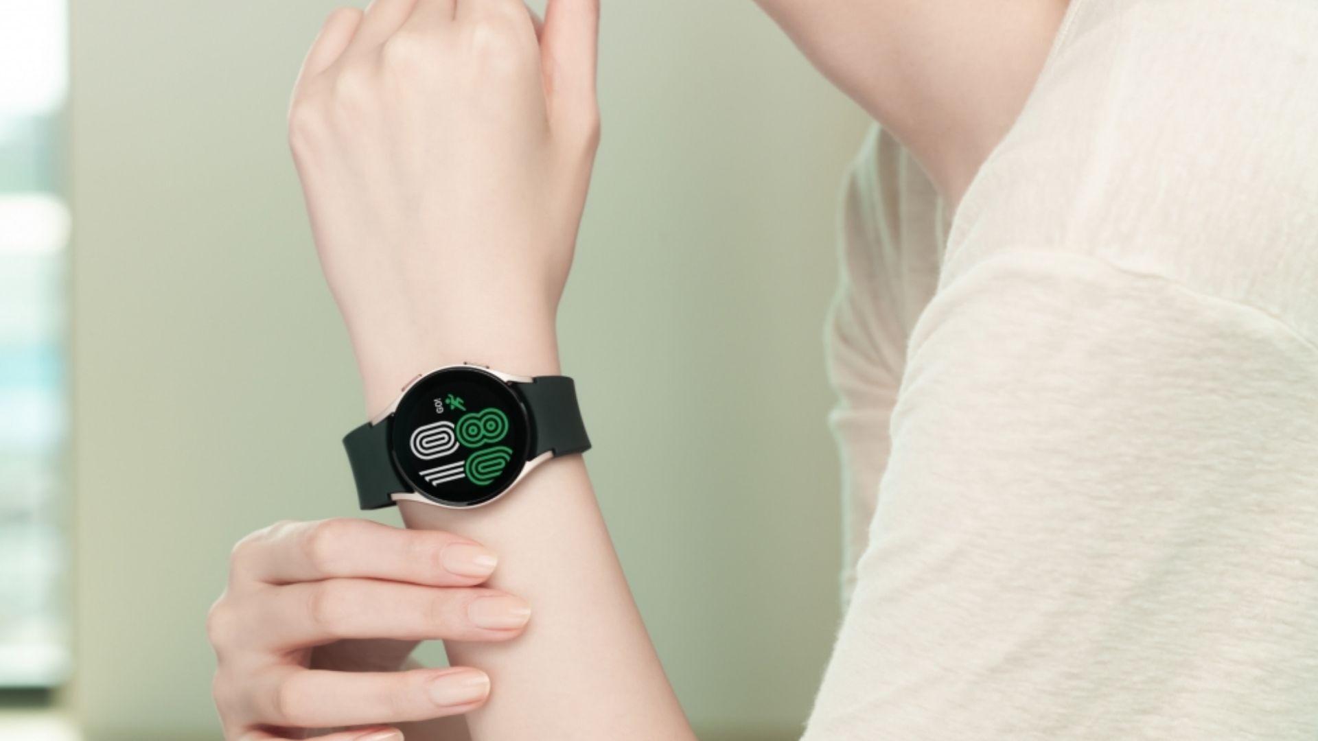 Galaxy Watch 4 no pulso de uma pessoa com blusa branca