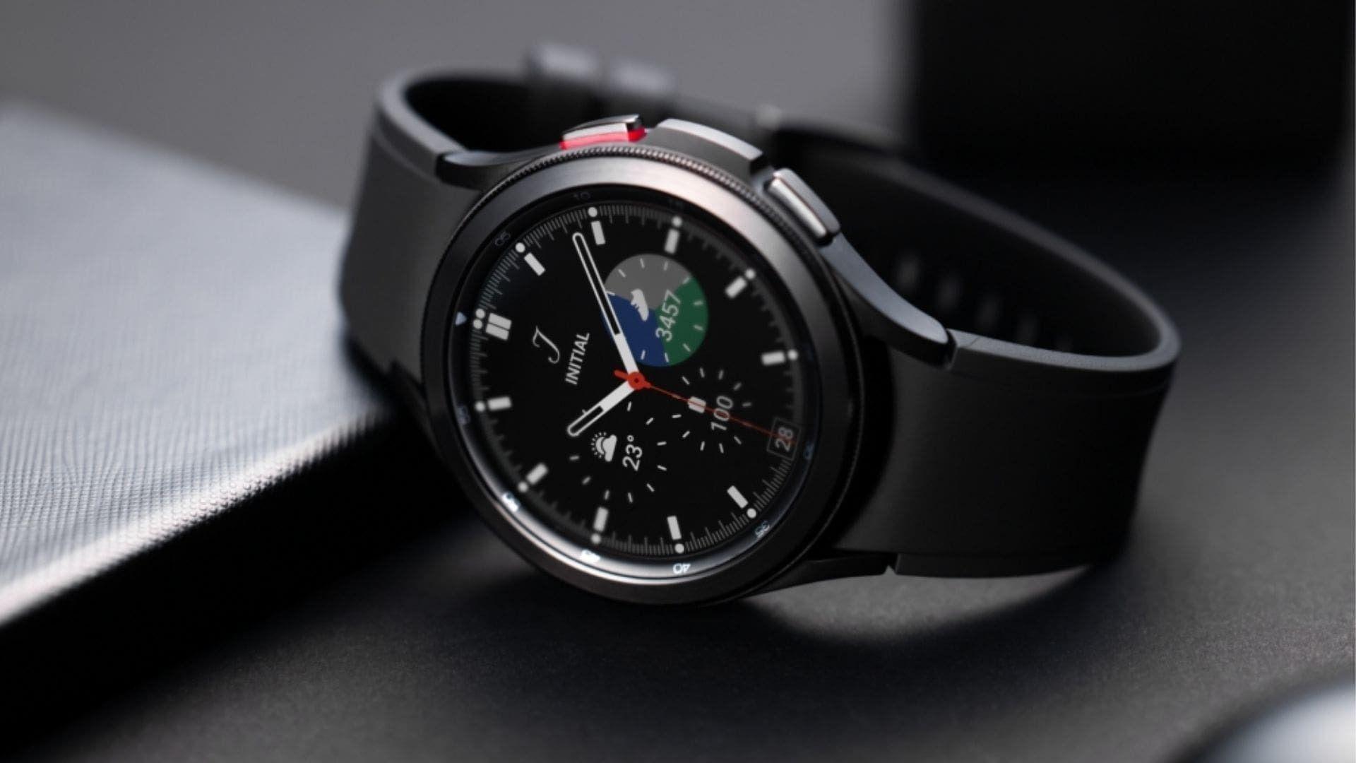 Galaxy Watch 4 Classic preto apoiado em uma mesa preta