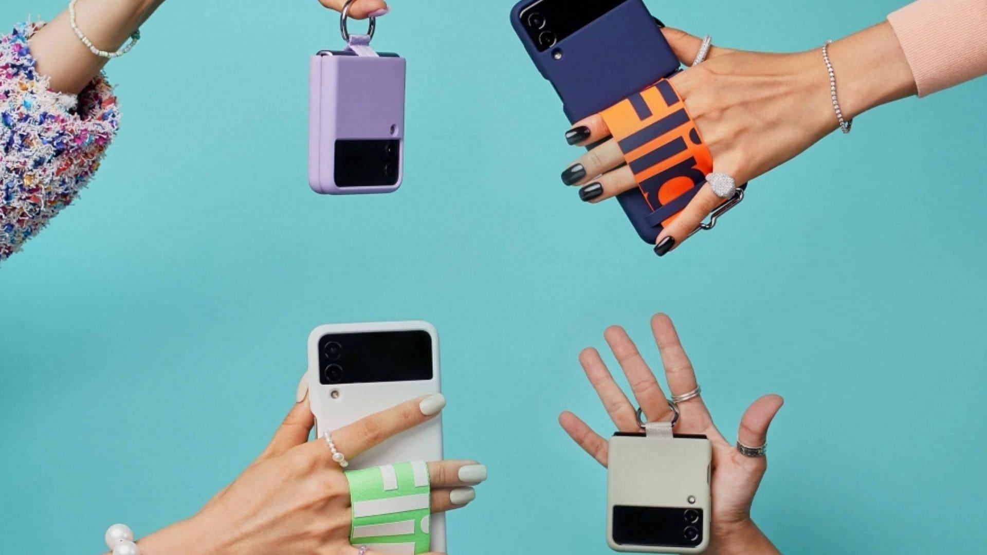 Quatro mãos seguram, cada uma, um celular da Samsung diferente