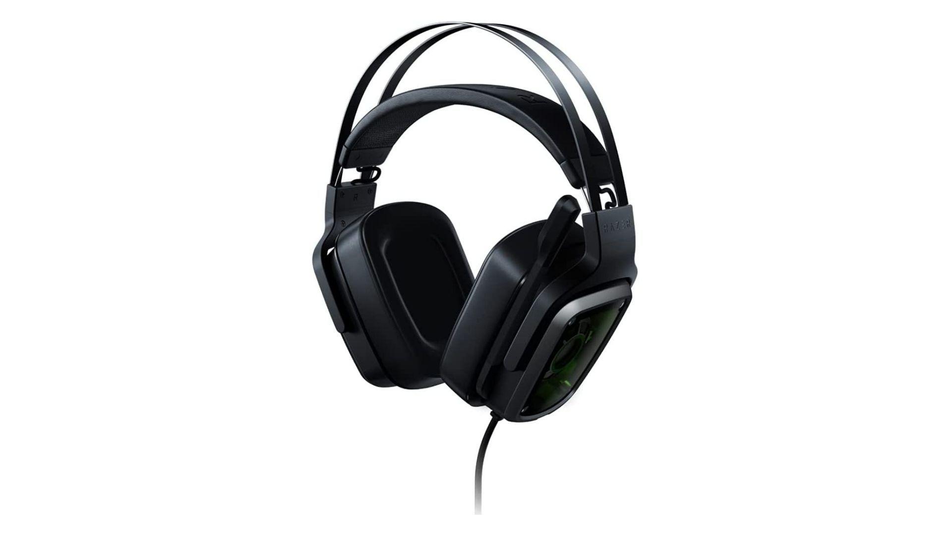 Headset Razer Tiamat 7.1 V2 preto no fundo branco