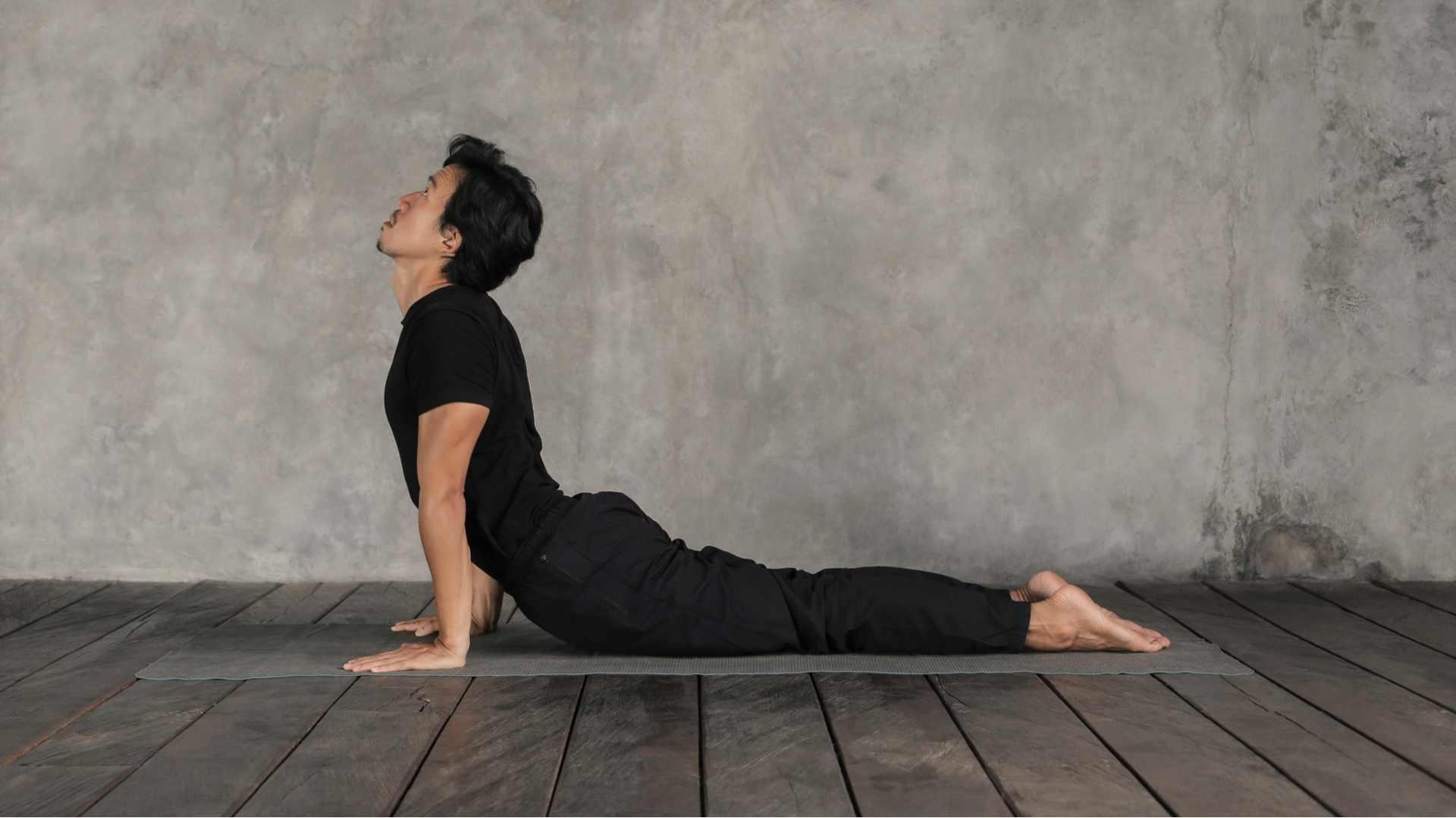 Homem fazendo yoga