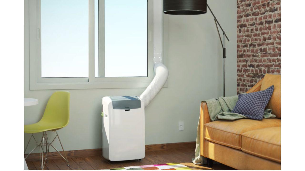 Ar-condicionado portátil instalado em janela, com régua ajudando na saída da mangueira.