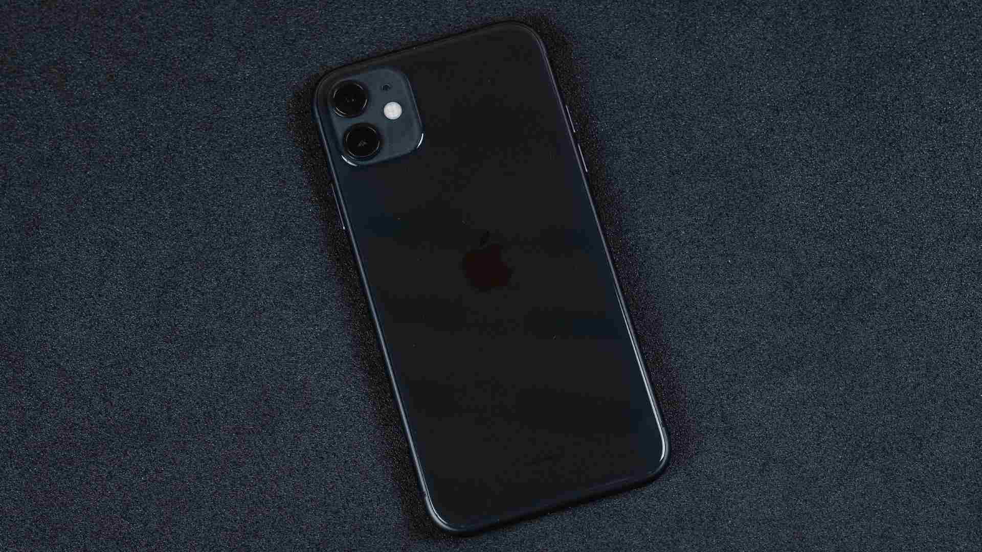 Traseira do iPhone 11 preto em um fundo preto
