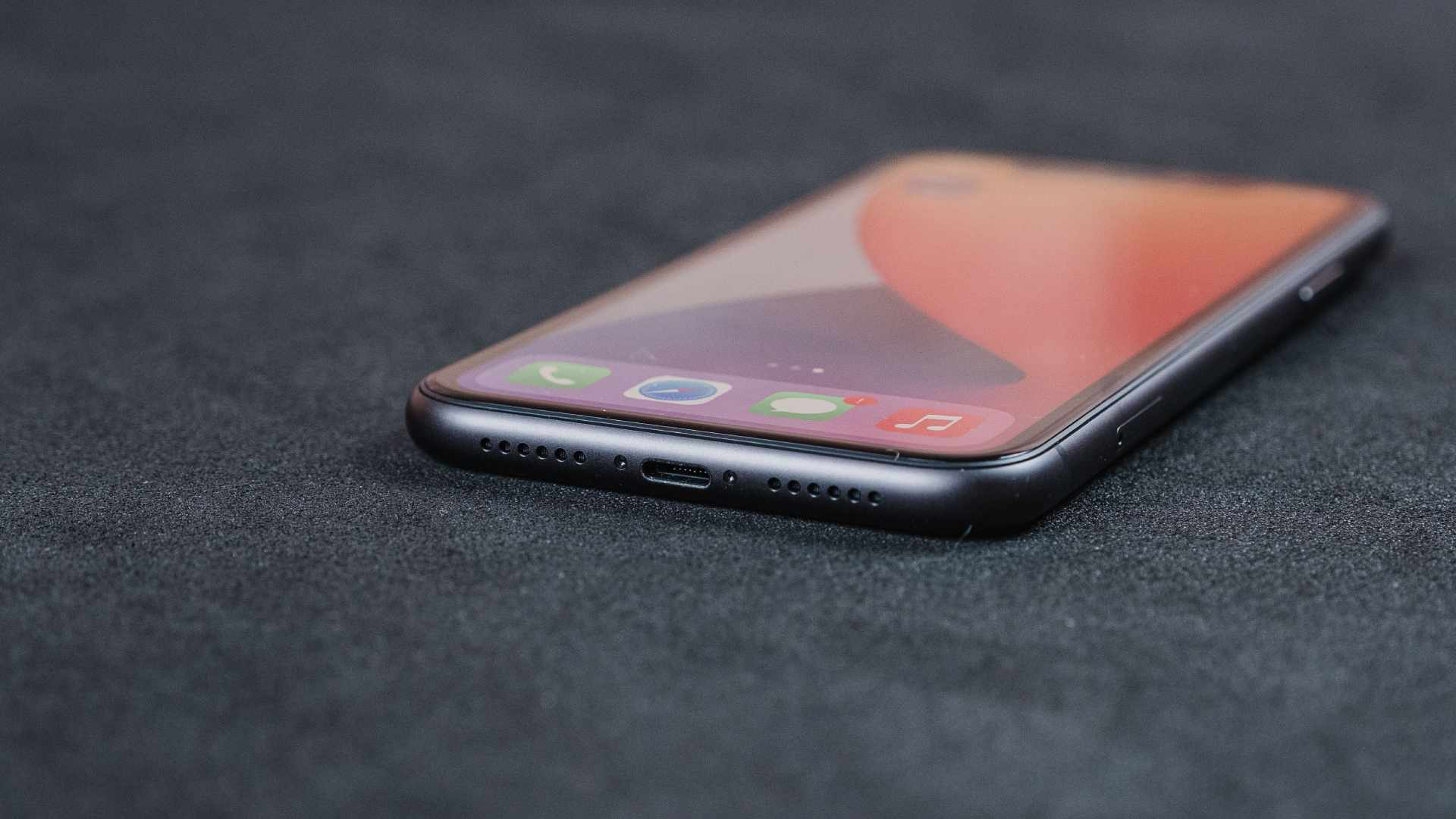 Entrada Lightning e dos alto-falantes do iPhone 11 em fu