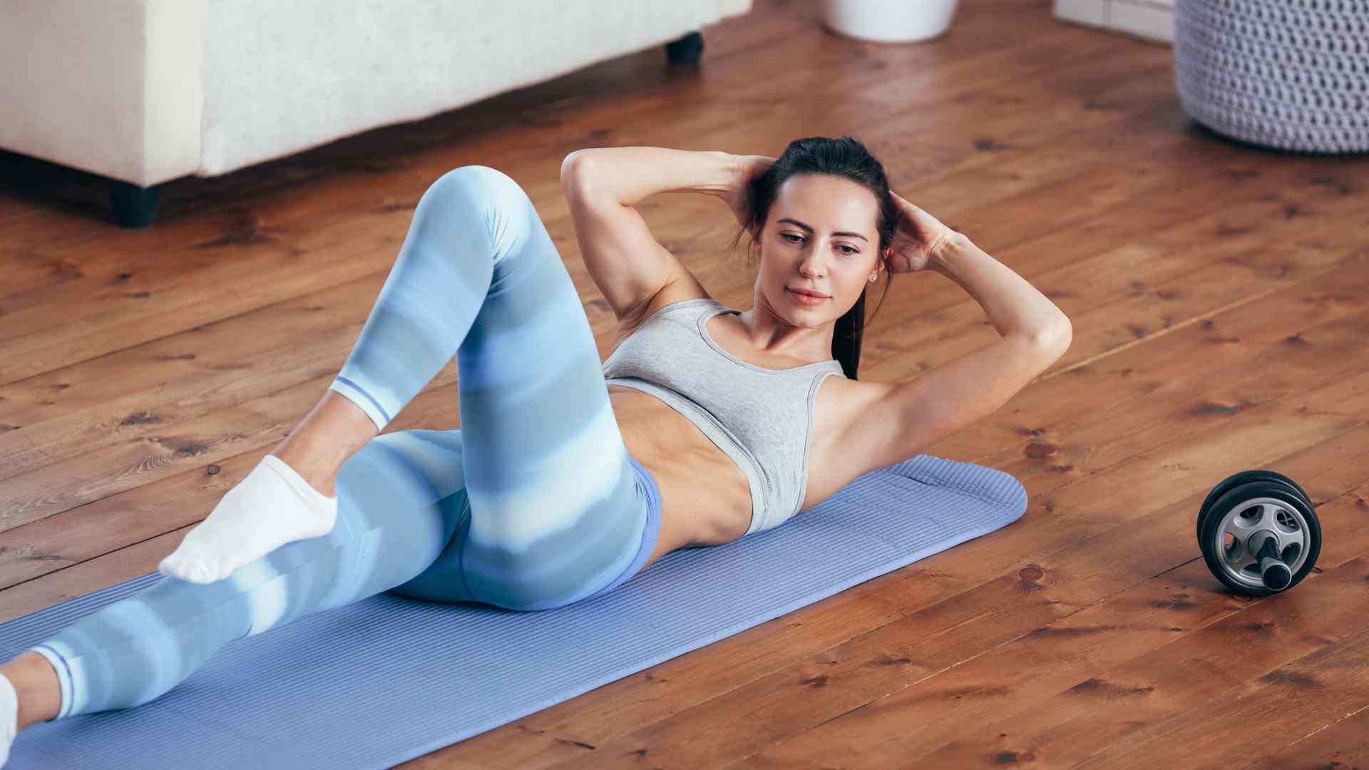 Mulher fazendo abdominal em casa