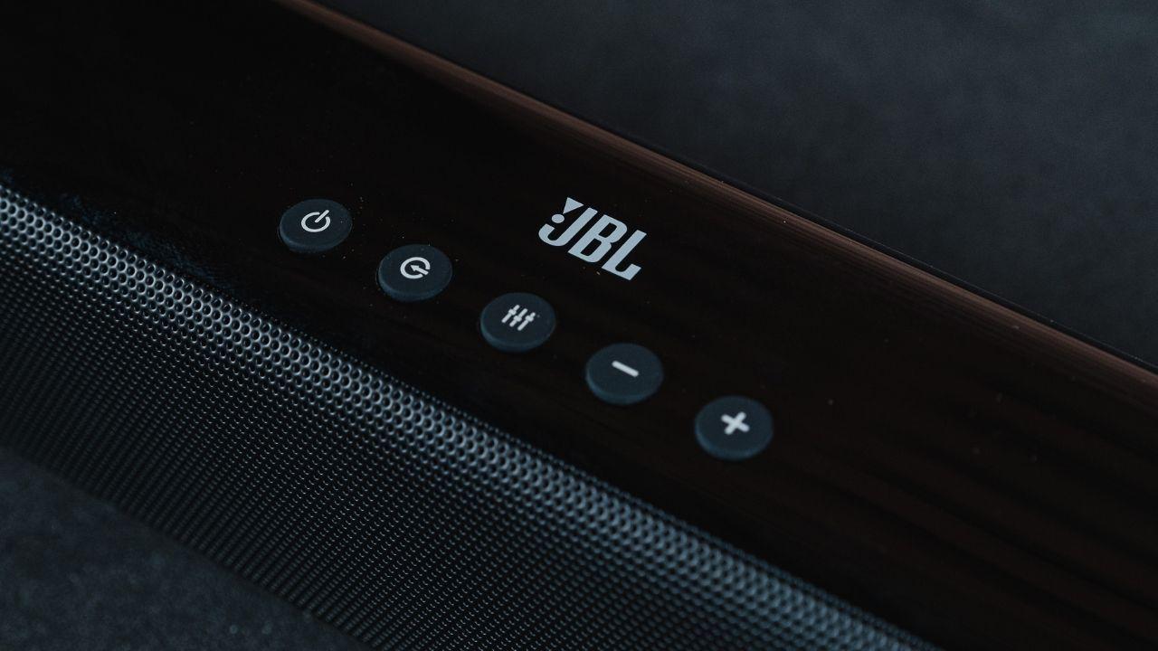 Close nos botões da soundbar JBL SB160