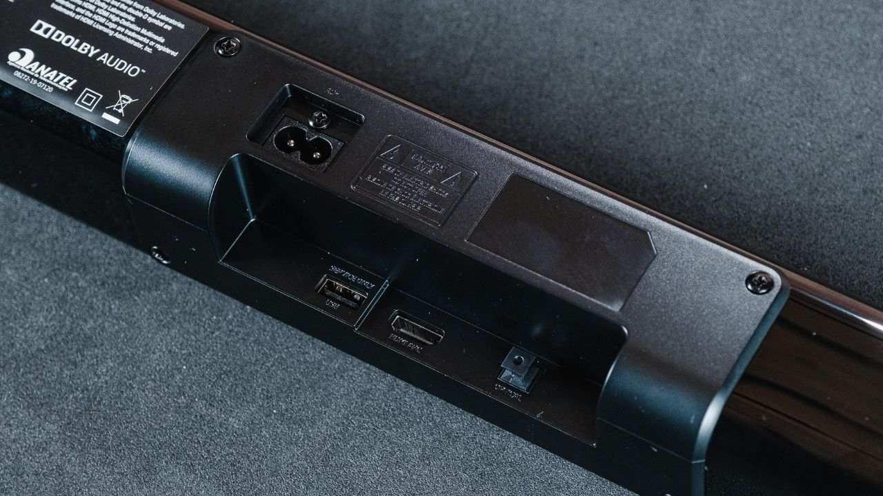 Parte traseira da JBL SB160, mostrando as entradas e conexões que ela tem