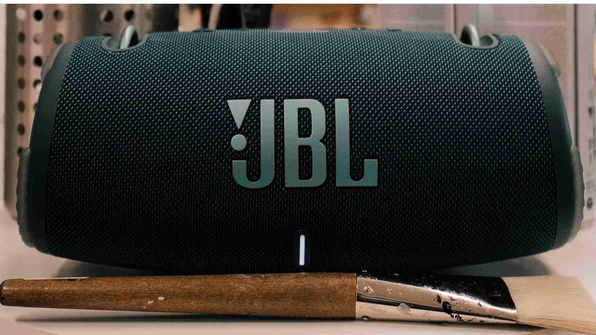 Imagem mostra JBL Xtreme 3 no chão e atrás de um pincel