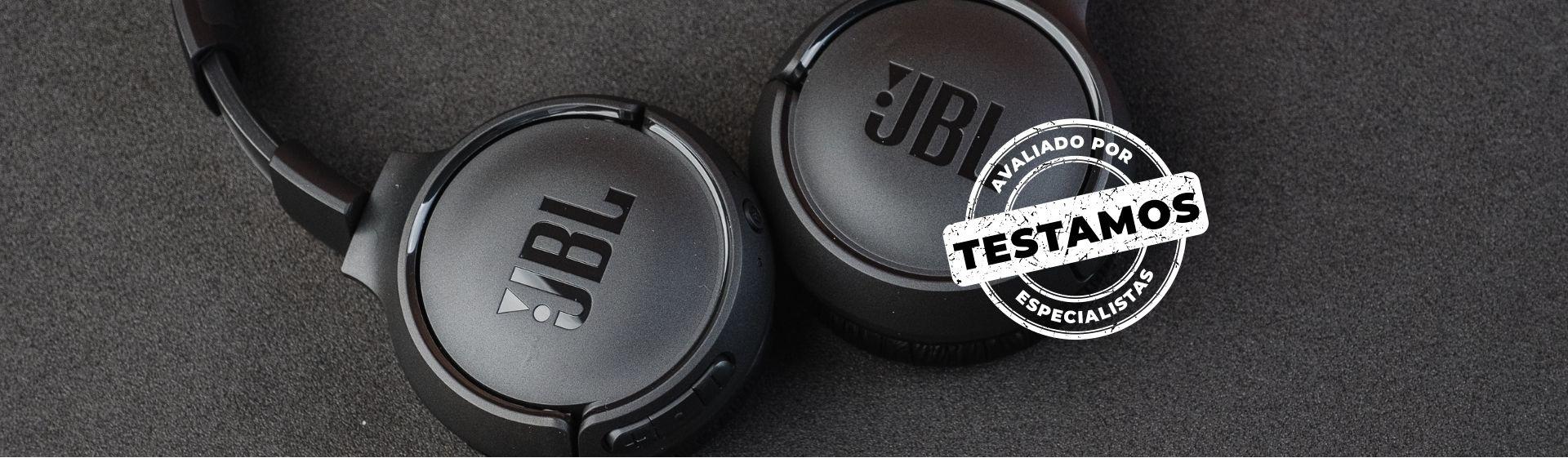 Fone JBL Tune 500BT preto em fundo cinza