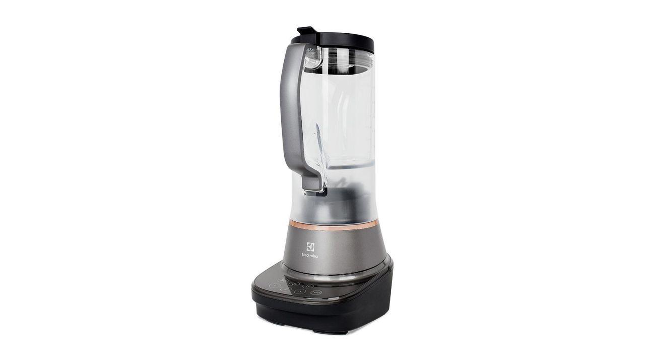 Liquidificador Electrolux Masterblender 7 na cor preto titânio em fundo branco.