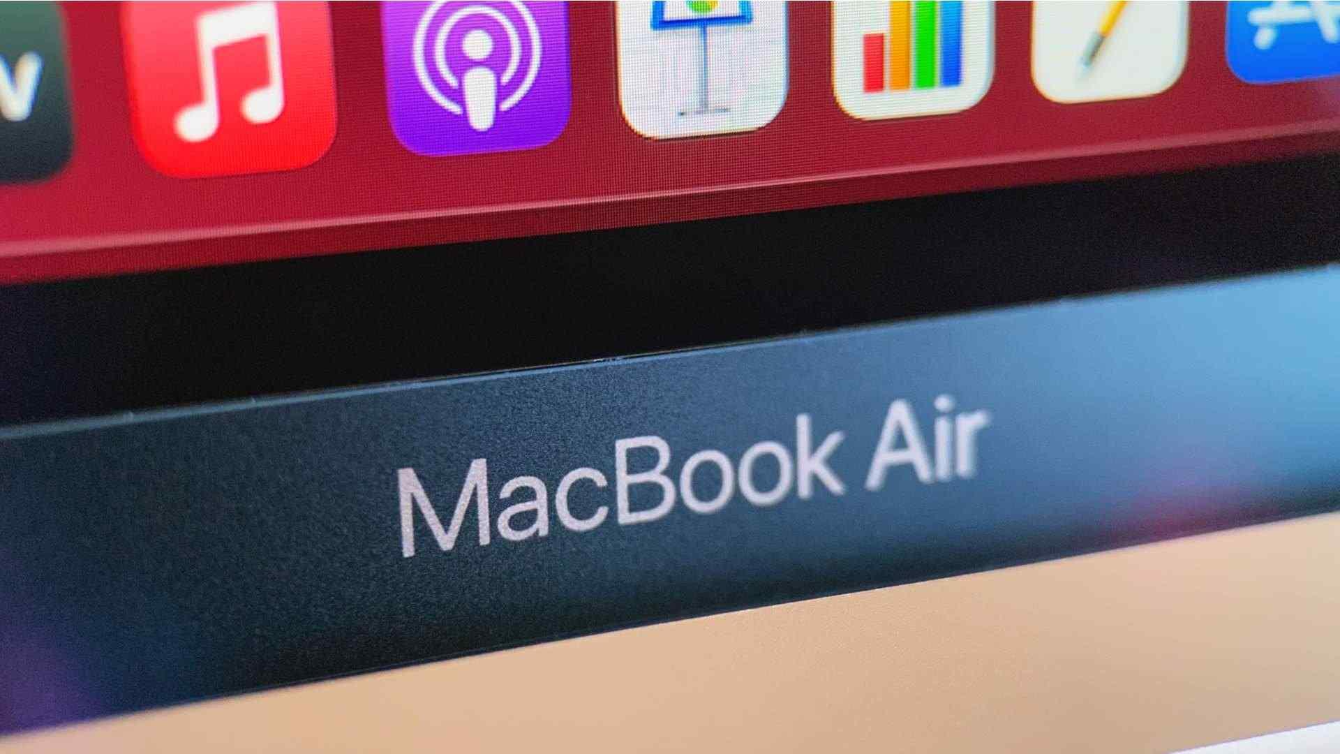 Foto do MacBook Air com foco na parte inferior da tela, onde o nome do notebook aparece escrito